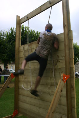 L'obstacle k-wall est modulable offrant un large choix d'option. En position mur de bois avec kit de rehausse + corde Pour course à obstacles, course type OCR, parcours d'obstacles indoor de type Ninja Warrior Photo de la FCJ RACE
