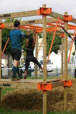 l'obstacle monkey est un obstacle modulable type monkey bar avec différents agrès (echelle, poutre, filet, corde,...) pour course à obstacles, course type OCR, parcours d'obstacles indoor de type Ninja Warrior Photo de la FCJ RACE