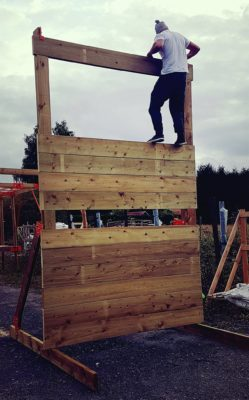 L'obstacle k-wall XXL est modulable offrant un large choix d'option. En position mur de bois Pour course à obstacles, course type OCR, parcours d'obstacles indoor de type Ninja Warrior