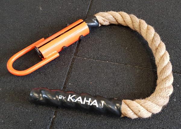 Cordes courte pour travailler la suspension et le balancement Caractéristiques: matière : sisal naturel diamètre 38mm longueur 80cm anneau acier laqué orange Idéal pour l'entraînement en suspension, excellent grip.